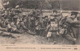 INFANTERIE ANGLAISE ABRITEE DERRIERE UN MUR. BRITISH INFANTERY UNDER SHELTER BEHIND A WALL - Guerre 1914-18