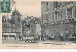 Y Y 614 / C P A-  LONS LE SAUNIER LES BAINS   (39)  RUE SAINT DESIRE ET PLACE DE LA LIBERTE  LA TOUR DE L' HORLOGE - Lons Le Saunier