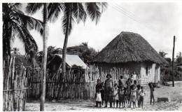 Cpa : COLOMBIE, Pueblo Cerca De Barranquilla, Habitants Près Des Cases (51.76) - Colombia