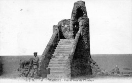 Cpa BIARRITZ, Douanier De Garde Au Pied De La Vieille Tour De L'atalaye, En Contrebas Le Rocher De La Vierge (51.79) - Biarritz