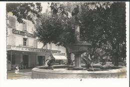 30  CPSM  PONT SAINT ESPRIT LES ALLEES ET LA FONTAINE DU COQ 1953 CAFE DES VOYAGEURS - Pont-Saint-Esprit