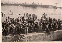 Photo Originale Bateaux marchands, Cargo et pasagers qui attendent leur bateau de croisi�re - Ambiance Portuaire -