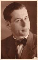 Carte Photo Originale - Portrait D'Homme - Jeune Et Beau Garçon Au Noeud Papillon - - Personnes Identifiées