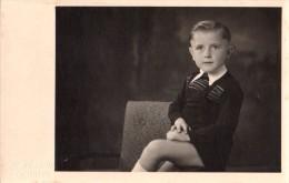 Carte Photo Originale Enfant - Portrait De Jeune Garçon En Juillet 1945 Assis Sur Un Fauteuil - Hans Perud 6 Ans - Personnes Identifiées