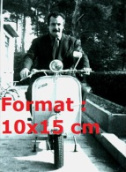 Reproduction D'une Photographie De Georges Brassens Sur Un Scooter Vespa - Reproductions