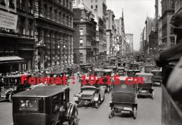 Reproduction D'une Photographie D'une Circulation D'automobile En Centre Ville Américain Des Années 20/30 - Reproductions
