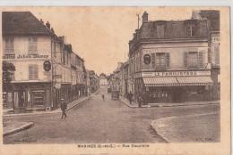 MARINES (95). Rue Dauphine. Magasins: Le Familistère, De Vins Julien Damoy - Marines