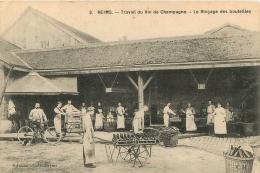 REIMS TRAVAIL DU VIN DE CHAMPAGNE LE RINCAGE DES BOUTEILLES - Reims