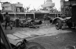 P76 - BREST - Navire de guerre destructions camion apr�s bombardements - n�gatif photo ancien