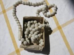 Perles /boutons Crochet Coton  Irlande Blanches Chapelet De 130 Pièces Env Dans Boite D Origine Années 1930 - Perles