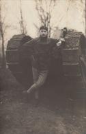 Carte Postale Photo Militaire Devant Un Char Tank - Guerre, Militaire