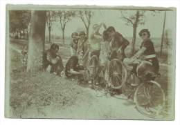 Photo Amateur, Cyclistes, Réparation D'un Vélo En Bord De Route - Cyclisme