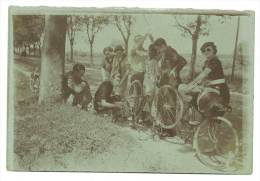 Photo Amateur, Cyclistes, Réparation D'un Vélo En Bord De Route