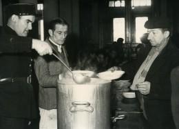 France Paris La Police Au Secours Des Sans Logis Soupe Chaude Ancienne Photo 1954 - Professions