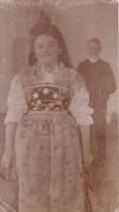 Photo Originale Costume - Femme En Costume Traditionnel En 1900 - A Identifier - Coiffe Et Homme En Arrière Plan - Métiers