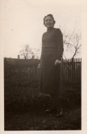 Photo Originale Femme - Femme Dans Son Jardin - - Anonymous Persons