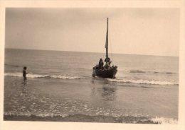 Photo Originale Navire - Petit voilier qui accoste sur la plage - voile baiss�es -