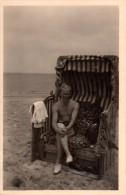 Photo Originale Homme - Beau Jeune Homme assis dans une cabine de plage - Maillot de bains -