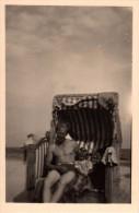 Photo Originale Homme - Beau Jeune Homme - P�re et Fille assis dans une cabine de plage - Maillot de bains -