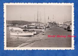 Photo ancienne snapshot - SAINT TROPEZ - Port de plaisance - Jet�e - voir bateau automobile