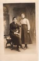 Carte Photo Originale Deux Jeunes Femmes En Studio - Légende Au Dos - Personnes Identifiées