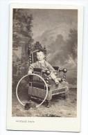 Ancienne Photo CDV Circa 1860 De GUSTAVE à LE MANS (72): Enfant De La Bourgeoisie Au Fauteuil Et Cerceau - Photos