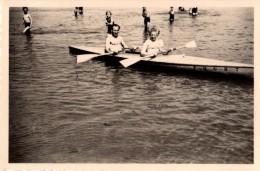 Photo Originale Couple - Jeunes Gens en Cano� entour�s de baigneurs - F.D.G.R. 7
