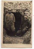 Carte Photo - Deux Soldats Devant Une Entrée De Tranchée ? - Guerre 1914-18