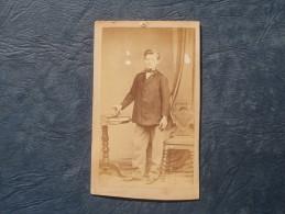 Photo CDV  Sobaux Rue Du Cherche Midi Paris  Jeune Garçon Tenant Un Livre - Circa 1865 - L240F - Photos