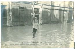 La Grande Crue De La Seine 1910 . Garçon Boucher Chaussé De Bottes D'égoutier Allant Livrer La Viande Aux Habitants - Inondations De 1910