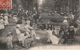 """CPA Animée. VICHY """"Allier 03"""" Allée Centrale Du Parc, Un Coin Du Parc Et Les Grandes Arcades - Vichy"""