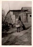 Photo Originale Enfant - Jeune Garçon Et Son Drapeau à Croix Gammée Dans Le Jardin - Patriotisme Allemand - Oorlog, Militair