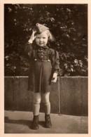 Photo Originale Guerre 39-45 - Enfant Et Patriotisme - Fillette Au Garde à Vous Avec Képi En Septembre 1941 - Kinbling - Oorlog, Militair