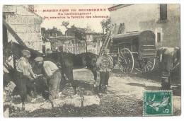 MANOEUVRES DU BOURBONNAIS 1909 (03) - Au Cantonnement Des Militaires Examinent La Ferrure Des Chevaux - Belle Animation - Manoeuvres
