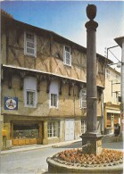 AMBERT (cpm 63) Place Des Minimes Et Maison Du XVe Siècle - Ambert