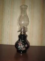 LAMPE A PETROLE.  TRES BON ETAT - Luminaires