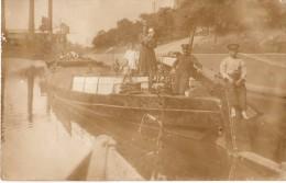 Carte Photo Originale P�niche - en 1914 - Famille posant fi�rement sur son Embarcation de bois  - Transport fluvial