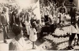 Carte Photo Originale Cavalcade - D�fil�, F�te d��cole ou de village - Procession - Char en Bateau tra�n� par enfants