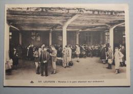 LOURDES - MALADES A LA GARE ATTENDANT LEUR ENLEVEMENT - 329 - Lourdes