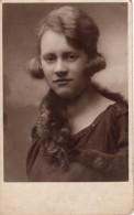 Carte Photo Originale Femme - Portrait De Jeune Femme Au Regard Provoquant En 1925 - C. Pietzner Komotau - Sophie Ehrith - Personnes Identifiées