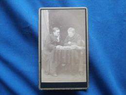 CDV Photographie Artistique Des Voyages à Villefranche - Jeune Garçon (gaston Colombat) Avec Prêtre,  Vers 1875 L245 - Fotos
