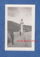 Photo ancienne - Port � situer - Homme pr�s du Phare