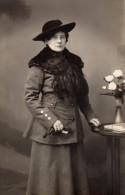 Carte Photo Originale Femme - Portrait - Belle Jeune Femme Avec Col Renard Et Chapeau En Tailleur - Mode 1918 - Personnes Identifiées