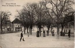 Is sur Tille : Place du Champ de Foire (Editeur non mentionn�)