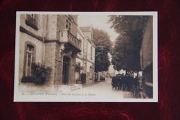LESNEVEN - Place Du Château Et La Mairie - Lesneven