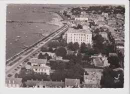 CPSM Grand Format - EN AVION AU DESSUS DE ... ARCACHON - Plage Et Boulevard Marcel Gounouilhou - Arcachon