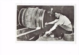 """71 - GIVRY """"la Côte Chalonnaise"""" - La Mise En Bouteilles Groupe Folklorique Bourguignon 1950 Homme Bouteille Vin Tonneau - France"""