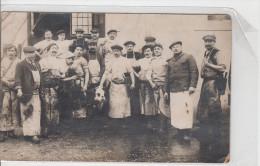 CARTE PHOTO / GROUPE DE BOUCHERS - UN ABATTOIR