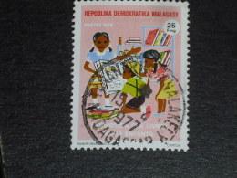 MADAGASCAR YT 594 OBLITERE - LIVRE POUR ENFANT