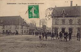 71 Saone Et Loire : CP GUEUGNON - USINE LES FORGES - LA SORTIE DES OUVRIERS - Avant 1912 ! - Gueugnon